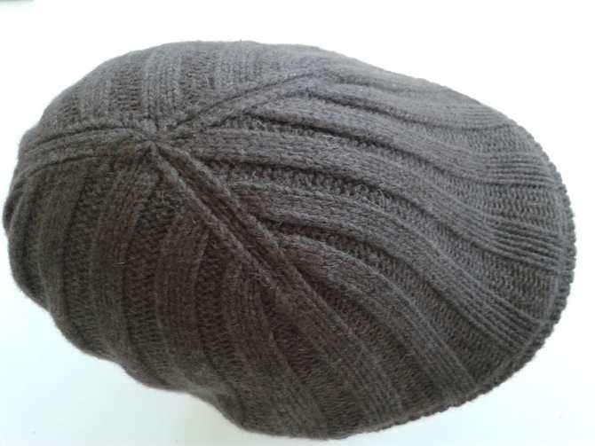 Cuffia grigia di lana a coste