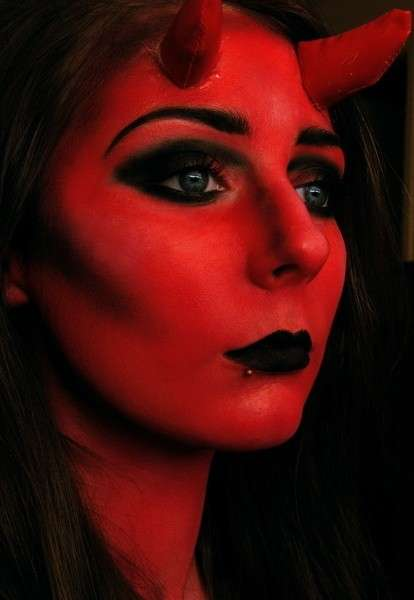Faccia rossa per make up da diavoletta