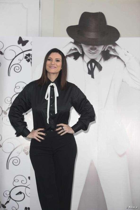 Laura in camicia di raso nera