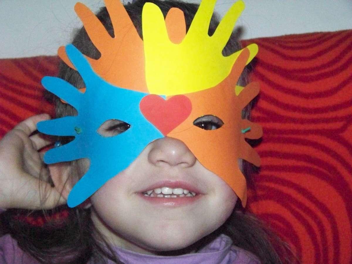Maschera colorata di carta