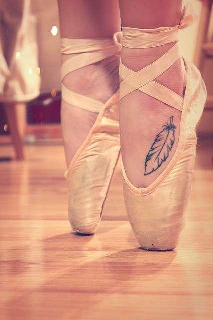 Piuma tatuata sul piede