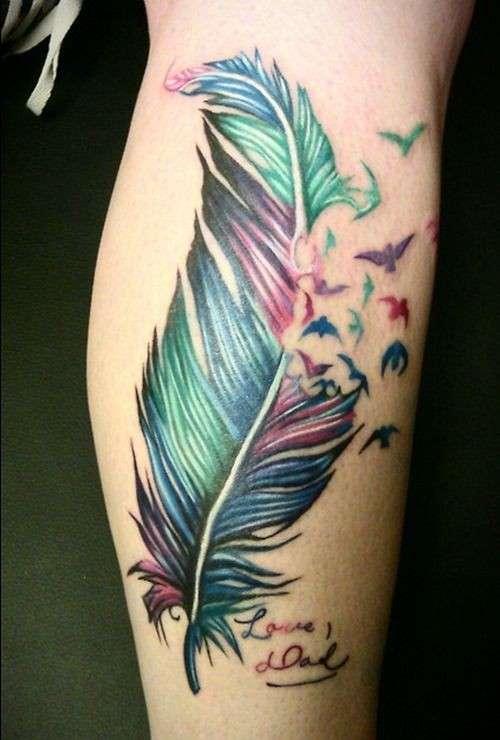 Tatuaggio con piuma multicolor