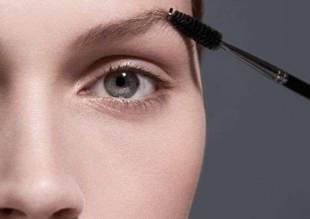 Applicare mascara trasparente sulle sopracciglia