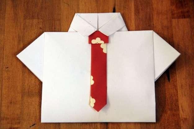 Biglietto camicia con la cravatta