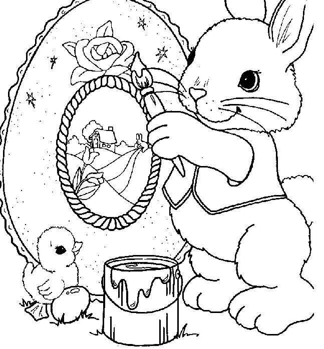 Coniglio che decora uova pasquali