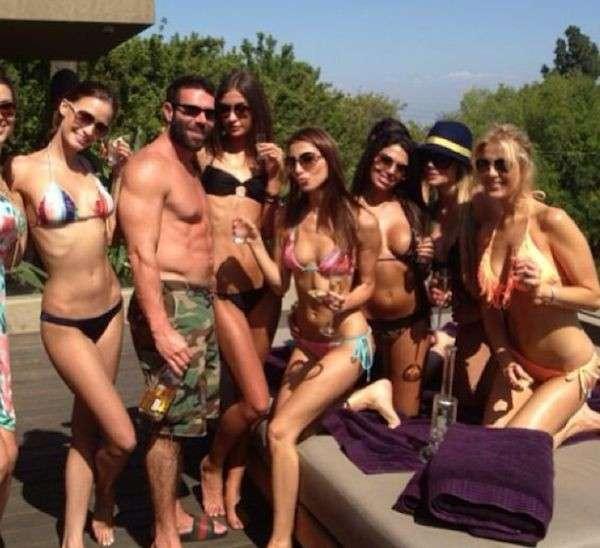 Dan Bilzerian circondato dalle donne