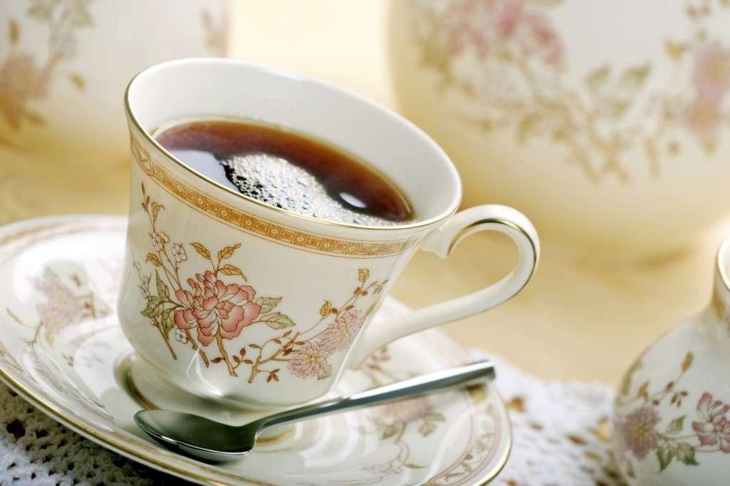 Tè servito in tazza di porcellana