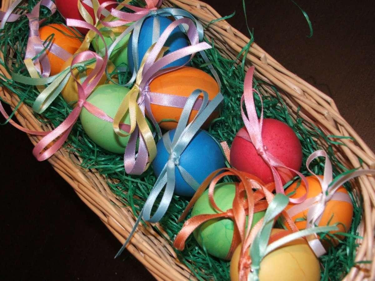 Cestino con le uova colorate