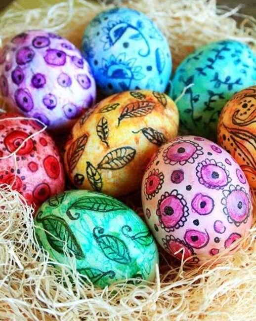 Disegni a mano sulle uova di Pasqua