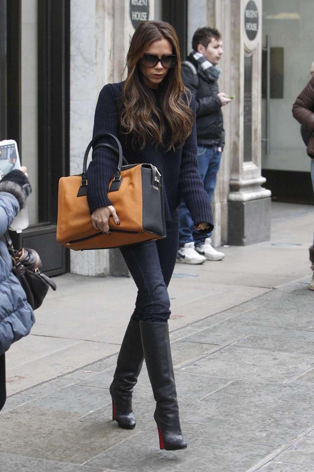 Victoria Beckham con jeans e stivali neri