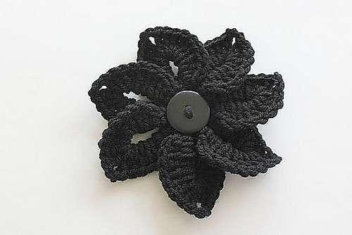 Fiore all'uncinetto con bottone