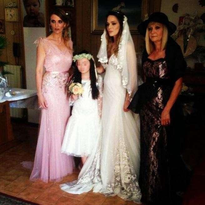Il bellissimo abito bianco della sposa