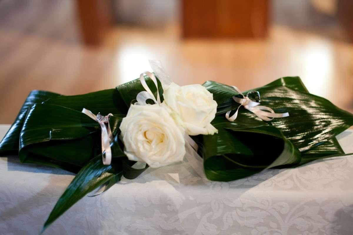 Portafedi fatto con fiori e foglie