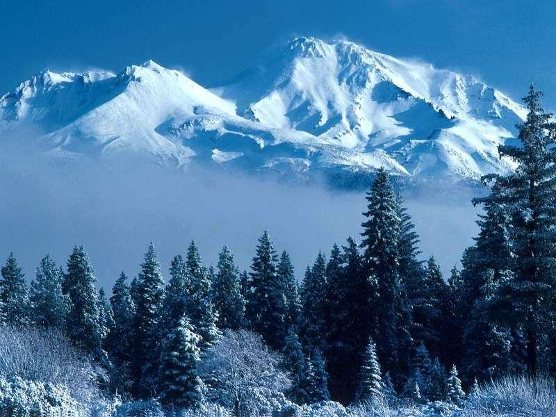 Alba sulla montagna innevata