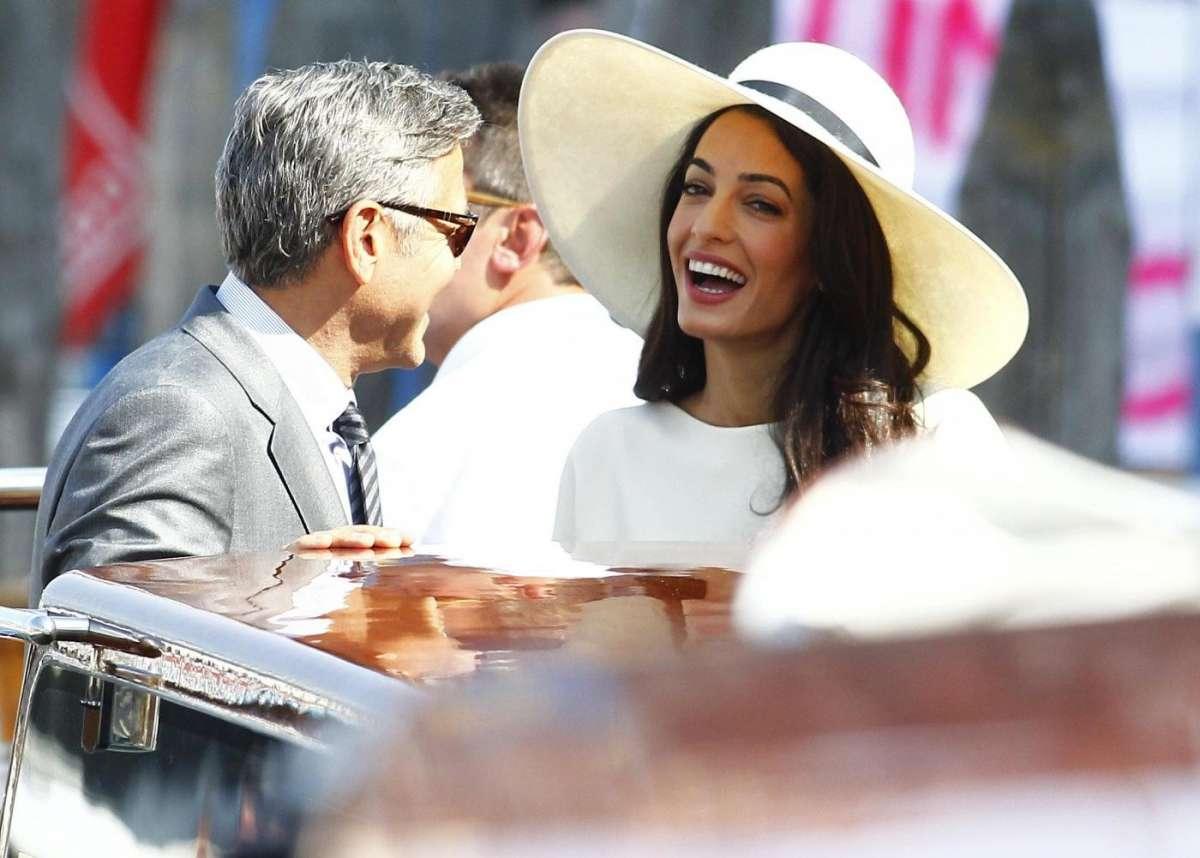 Amal Alamuddin sorridente con il divo di Hollywood