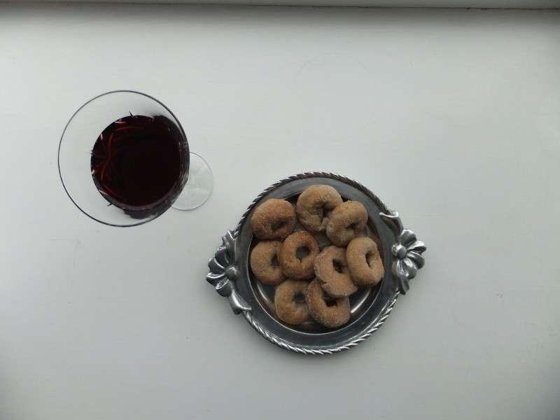 Biscotti accompagnati con vino rosso