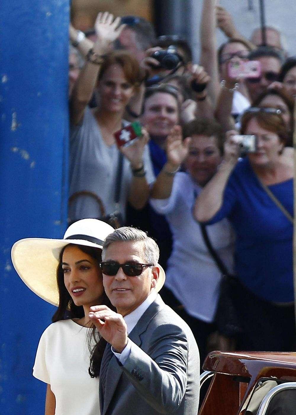 Folla di fan per i neo sposi vip