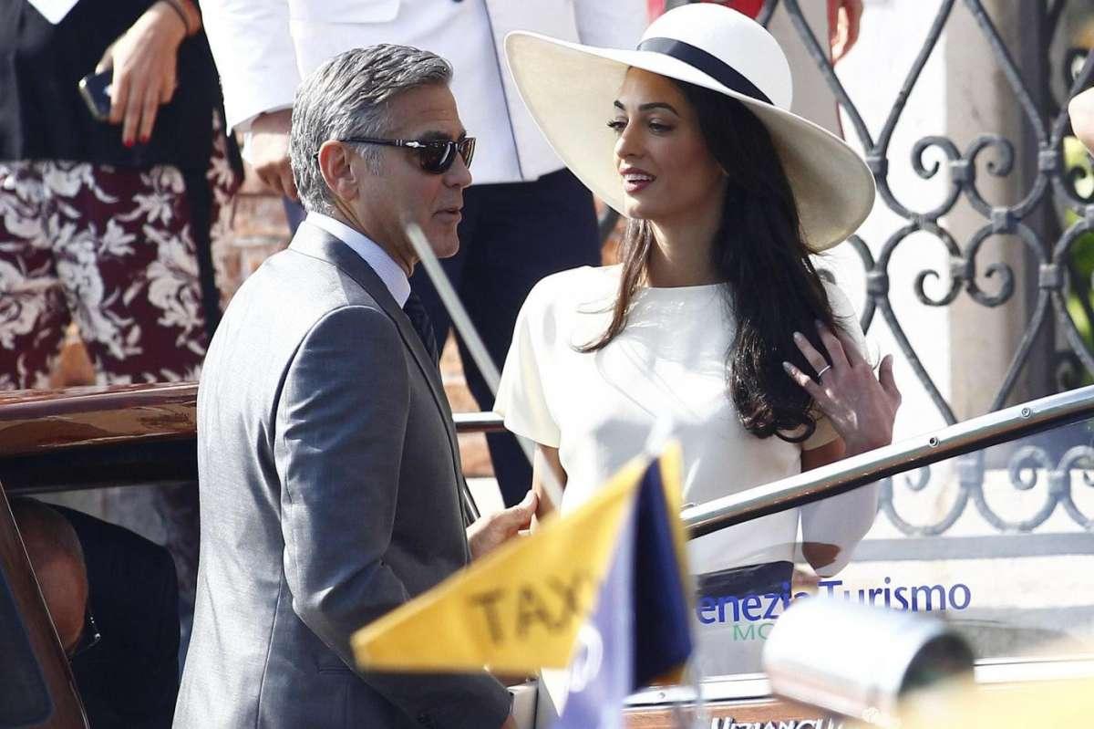 George e Amal arrivano in comune