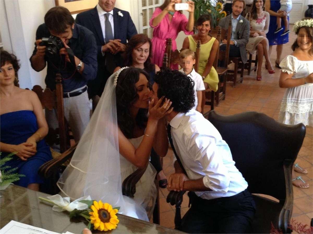 I neo sposi si baciano