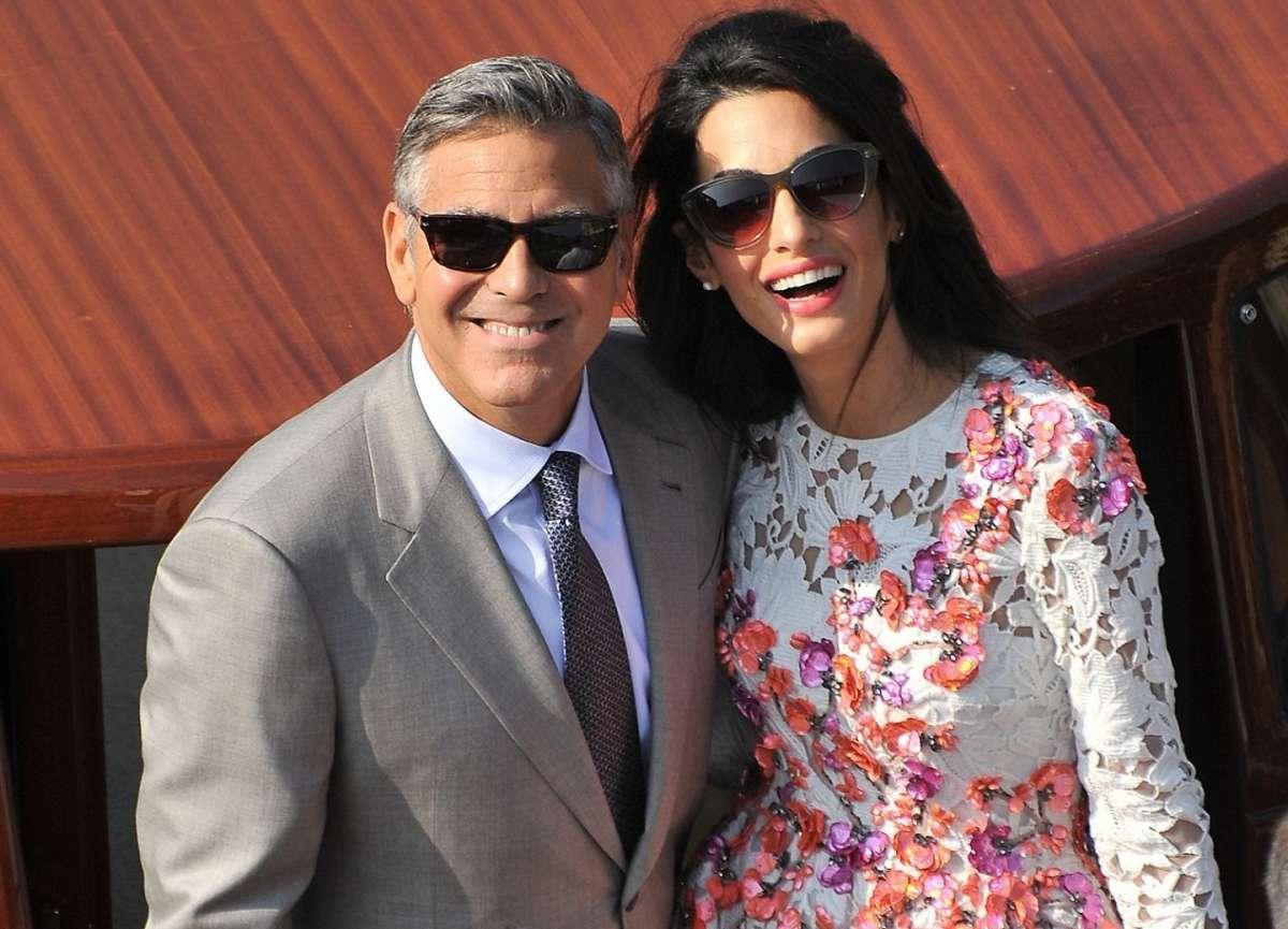 Il sorriso di George Clooney e Amal Alamuddin