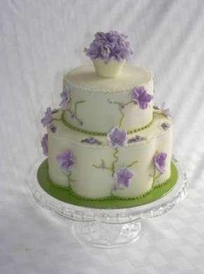 Torta con fiori di pasta di zucchero.