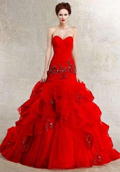 Abito da sposa rosso ampio
