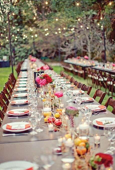 Centrotavola floreale con frutta sul tavolo