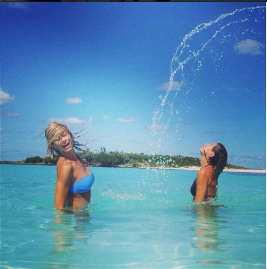 Elisabetta e Maddalena in acqua