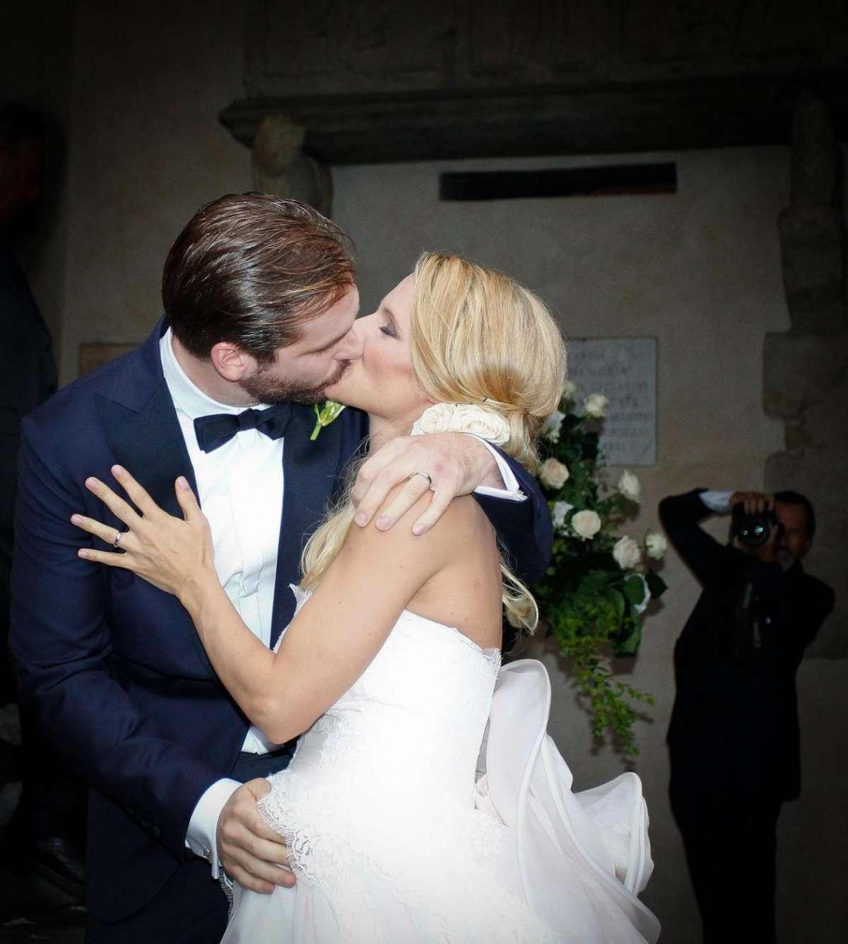 Michelle Hunziker e Tomaso Trussardi si baciano dopo il sì