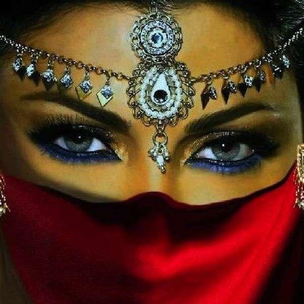 Trucco occhi con kajal blu sulla palpebra inferiore