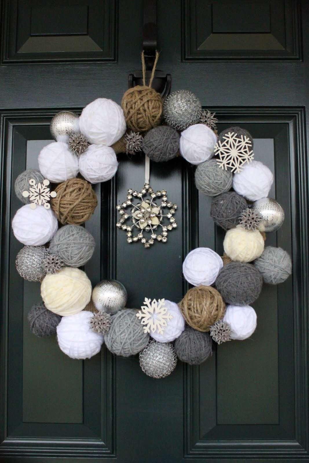 Ghirlanda natalizia con palline di spago