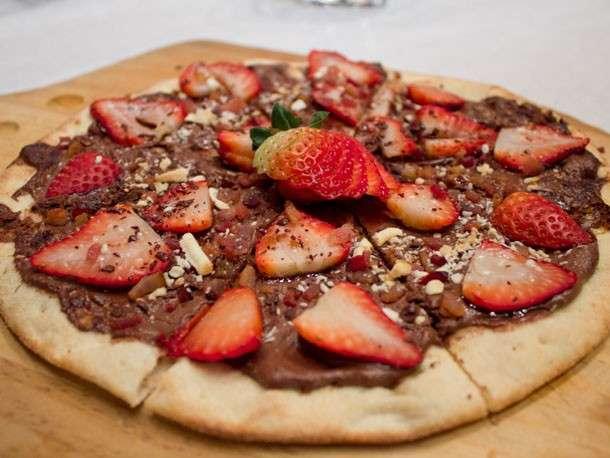 Pizza con cioccolato e fragole