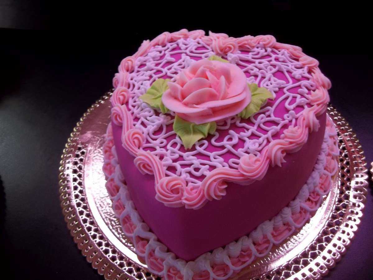 Torta decorata in rosa