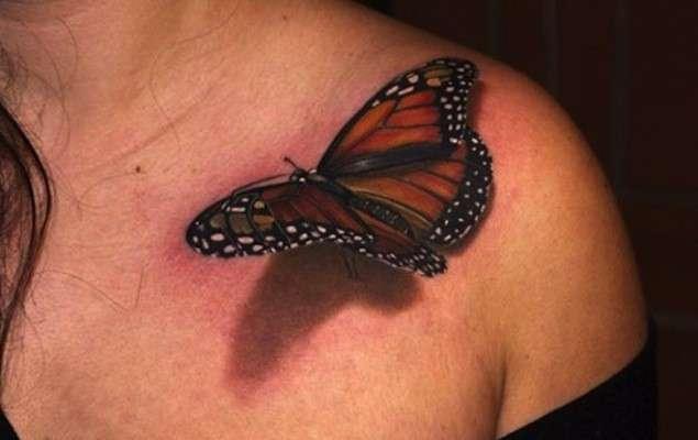 Farfalla colori caldi tatuaggio 3D sulla spalla