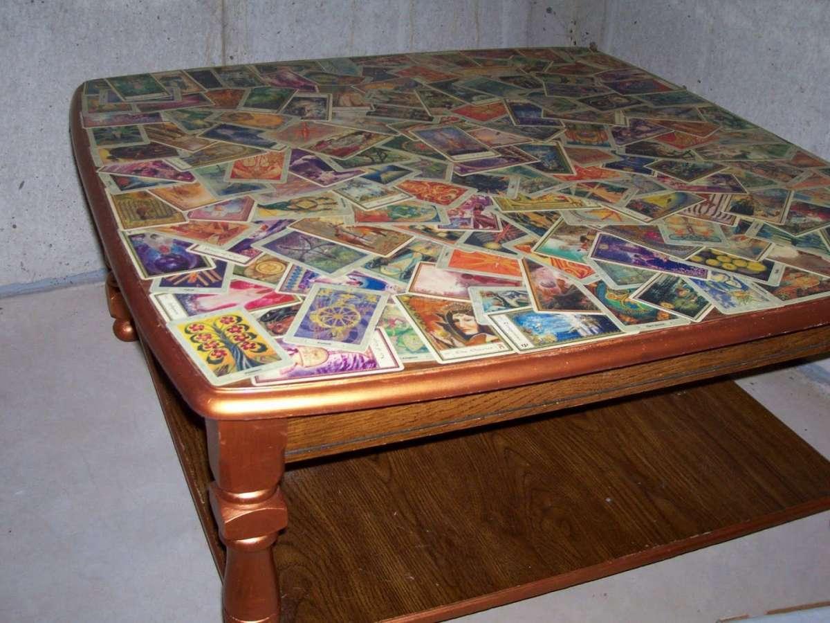 Tavolo decorato con le carte