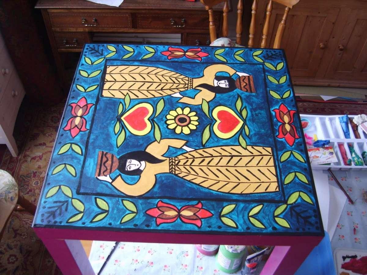 Tavolo dipinti dai colori accesi