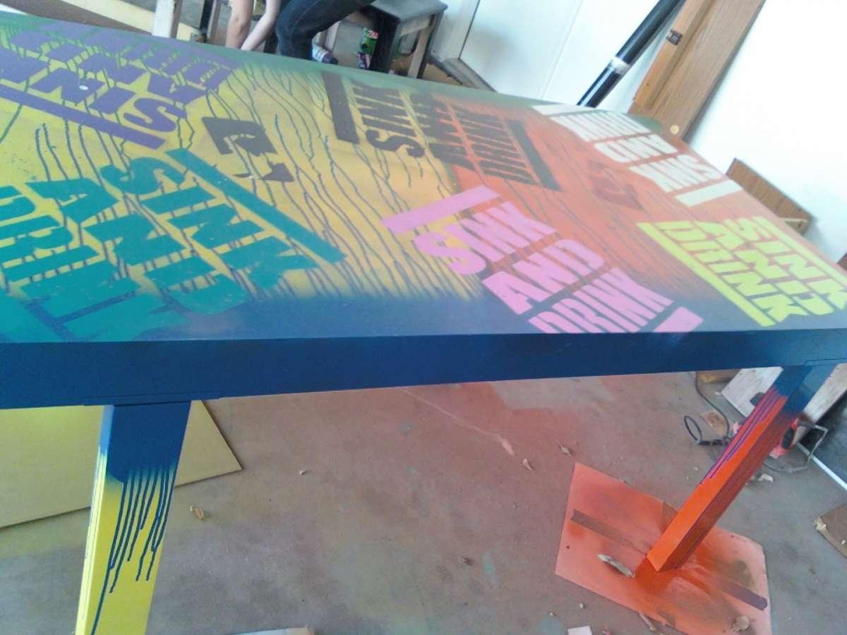 Tavolo dipinto con le scritte