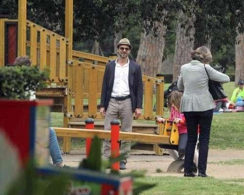 Alessandro Preziosi con gli occhiali da sole e il cappello al parco
