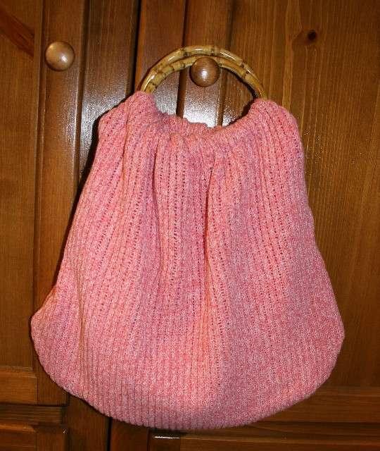 Borsa rosa con vecchio maglione