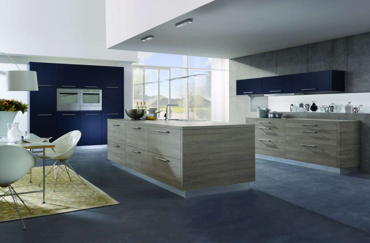 Cucina ampia legno e blu