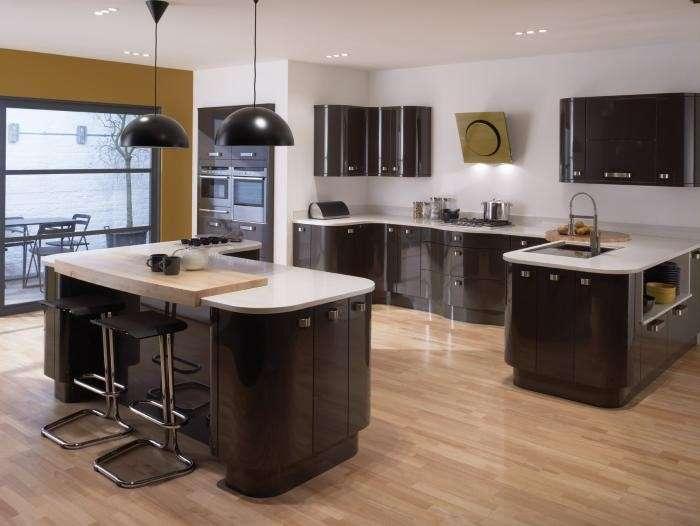 Cucina ampia moderna marrone