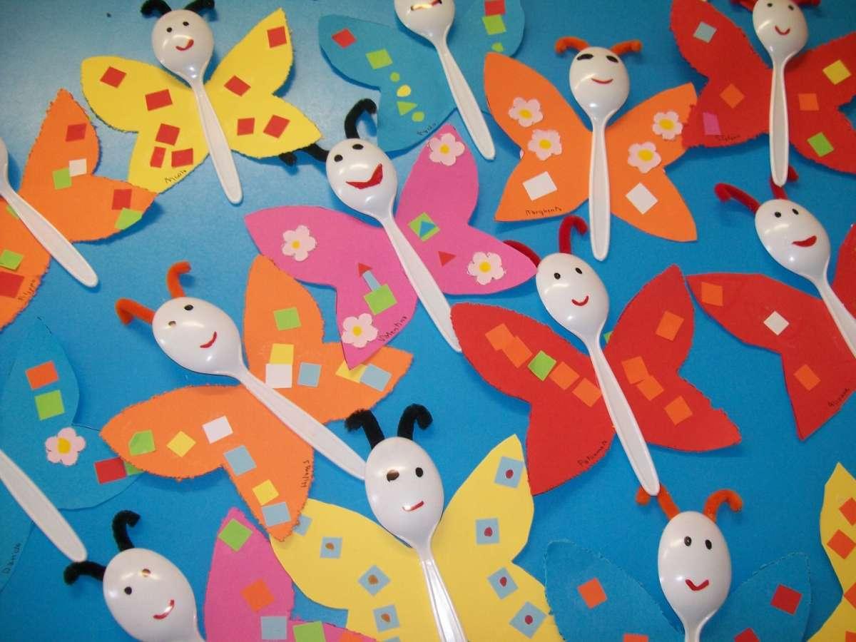 Farfalle colorate con i cucchiaini