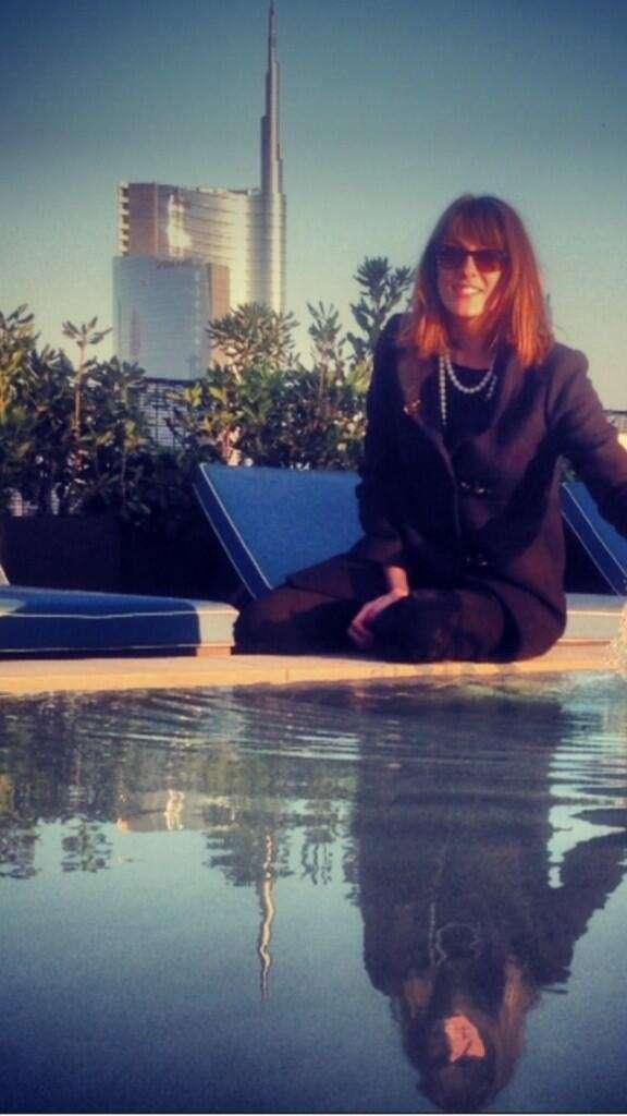 La presentatrice Rai a bordo piscina