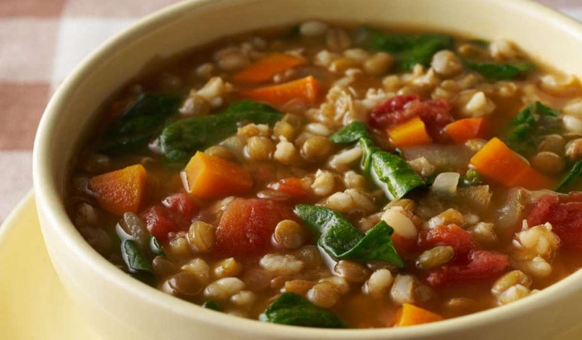 Zuppa di lenticchie, carote e spinaci