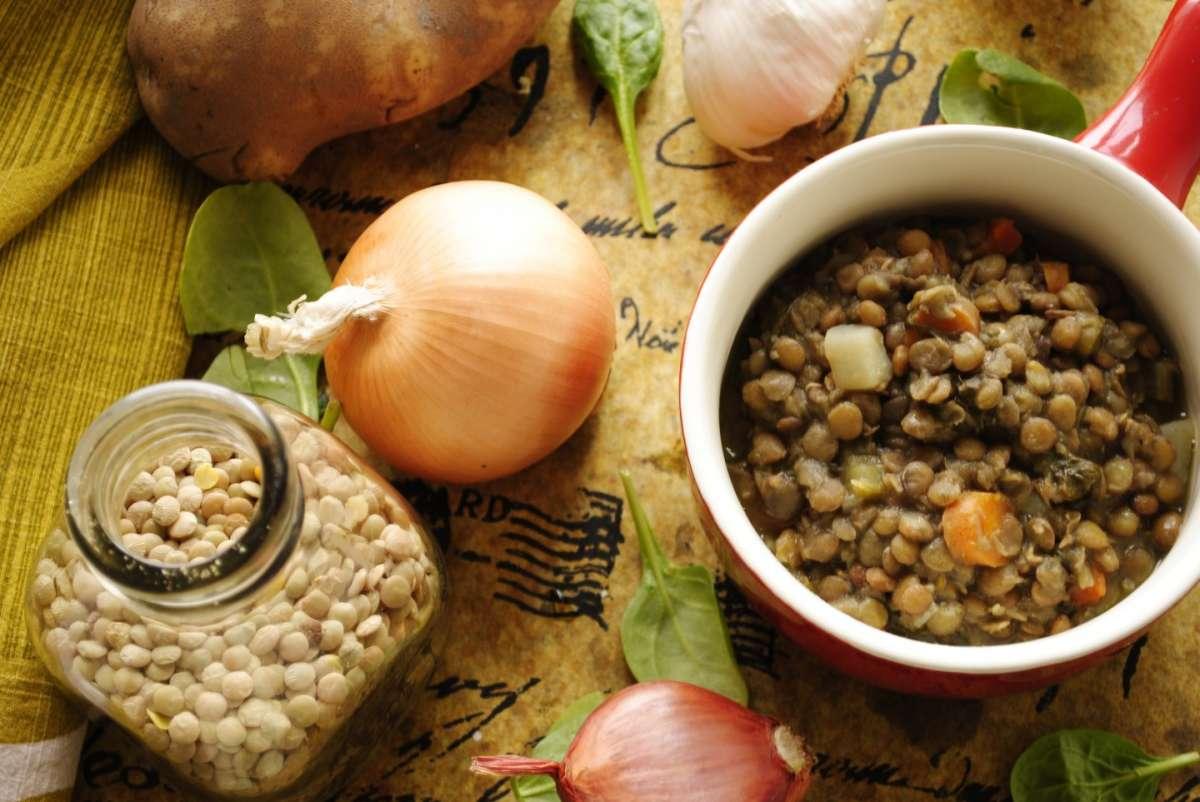 Zuppa di lenticchie, cipolle e carote