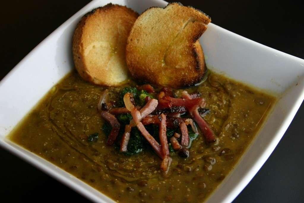 Zuppa di lenticchie con speck e cime di rapa