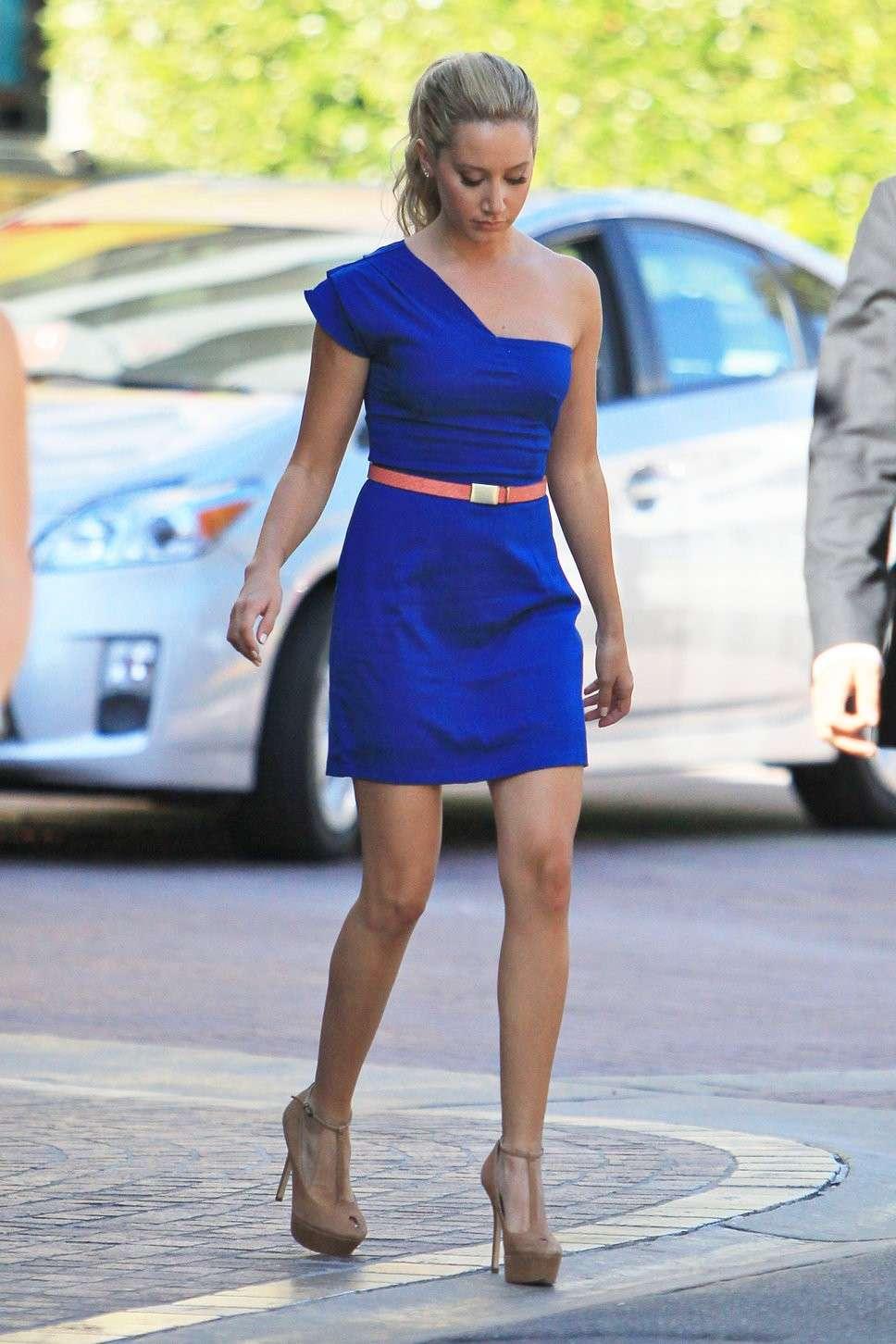 Minidress blu e scarpe nude