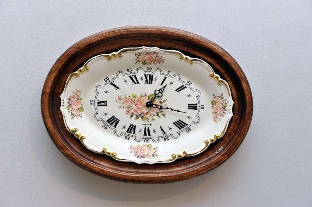 Orologio con un vecchio piatto