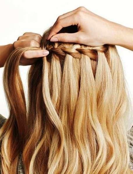 Treccia a cascata con capelli biondi e mossi