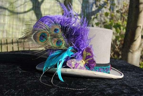Cappello con piume colorate
